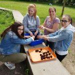 Saatbomben für Bienen – die UNESCO-AG im Einsatz
